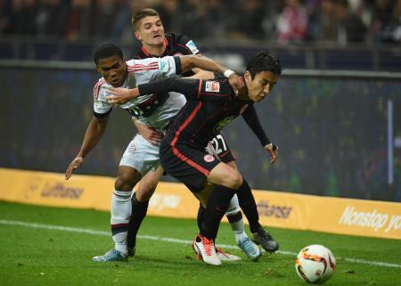 Bミュンヘンの選手とボールを奪い合う長谷部(手前)=フランクフルト(ゲッティ=共同)