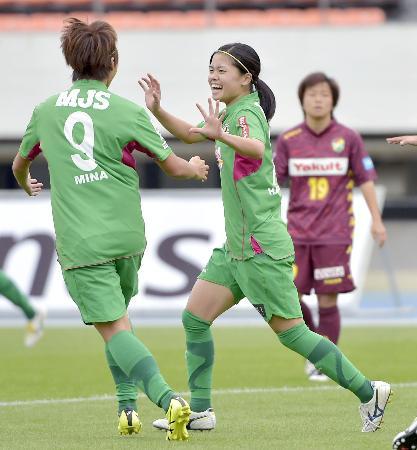 日テレ―千葉 前半、先制ゴールを決め喜ぶ日テレ・長谷川=駒沢