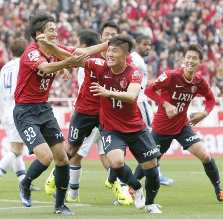 鹿島―G大阪 後半、先制ゴールを決め喜ぶ黄錫鎬(中央)ら鹿島イレブン=埼玉スタジアム