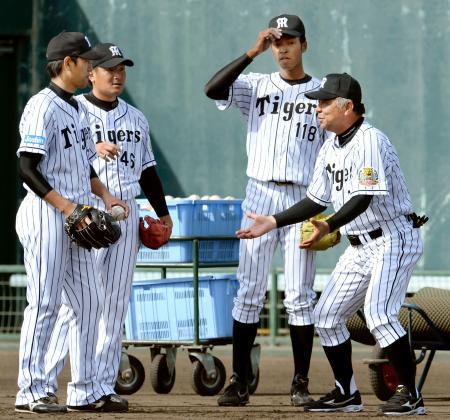投手陣を指導する阪神の掛布2軍監督(右端)=鳴尾浜