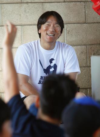 笑顔で子どもに野球の指導をする松井秀喜氏=1日、ロサンゼルス近郊(共同)