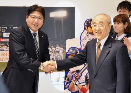 今季の報告を終え、堀オーナー(右)と握手するヤクルトの真中監督=4日、東京都港区