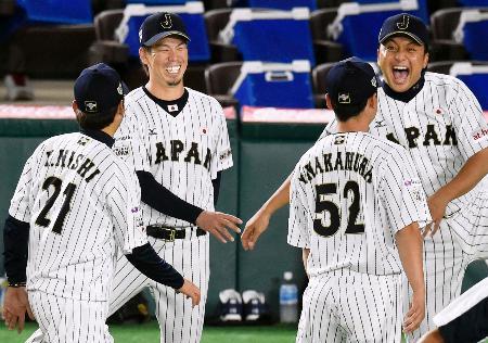 練習の合間に笑顔を見せる前田(左から2人目)ら=ヤフオクドーム