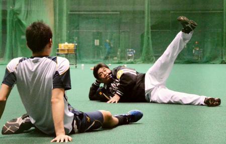 選手にトレーニング法を教えるソフトバンク・工藤監督=宮崎アイビー