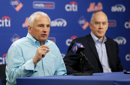 記者会見するメッツのコリンズ監督。右はアルダーソンGM=4日、ニューヨーク(AP=共同)