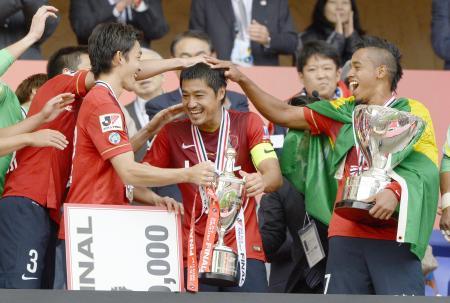MVPに選ばれ、チームメートから手荒い祝福を受ける鹿島・小笠原(中央)=埼玉スタジアム