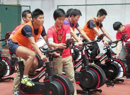 2020年東京五輪などに向けた有望選手発掘の体力テストに臨む参加者=7日、東京都内