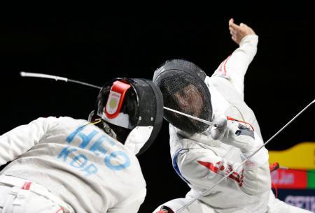 男子フルーレ個人準決勝 韓国の許俊(左)と対戦する太田雄貴=駒沢体育館