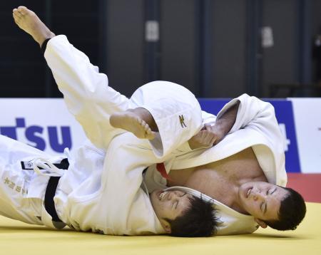 男子100キロ級決勝 下和田翔平(下)に内股で一本勝ちしたウルフ・アロン=千葉ポートアリーナ