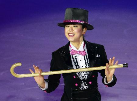 エキシビションで優雅に演技を披露する浅田真央=北京(共同)