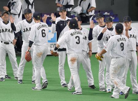 野球の国際大会「プレミア12」の開幕戦で韓国に勝利し、喜ぶ日本代表ナイン=8日、札幌ドーム
