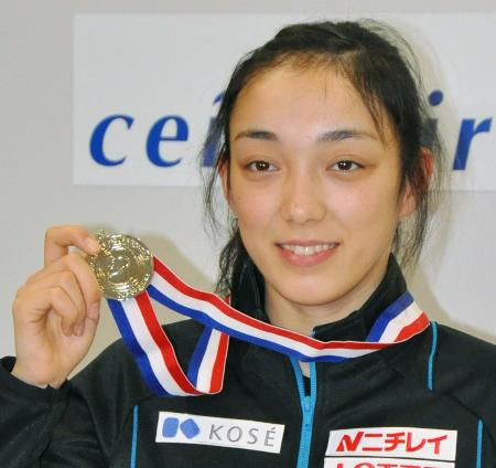 GPシリーズ中国杯のメダルを見せる本郷理華=9日夕、中部空港