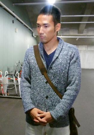 海外フリーエージェント権の行使を表明し、記者の質問に答える広島の木村昇=10日、マツダスタジアム