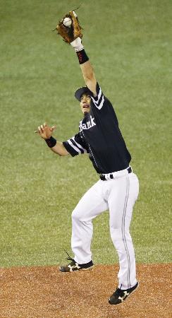 日本シリーズのヤクルト戦で好捕するソフトバンクの松田宣浩三塁手=10月29日、神宮
