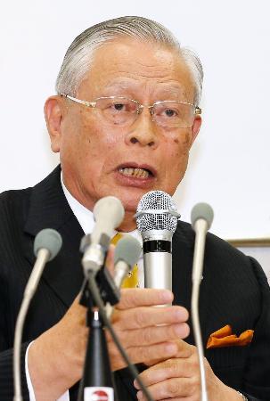野球賭博に関する記者会見をするNPBの熊崎勝彦コミッショナー=10日午後、東京都港区