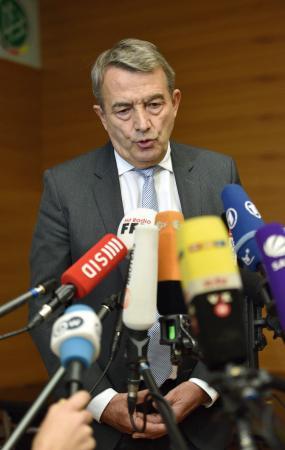 9日、辞任を表明するドイツ・サッカー連盟のニースバッハ会長=フランクフルト(ゲッティ=共同)