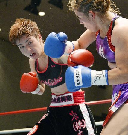 4回、マリア・サリナス(右)を攻める柴田直子=後楽園ホール