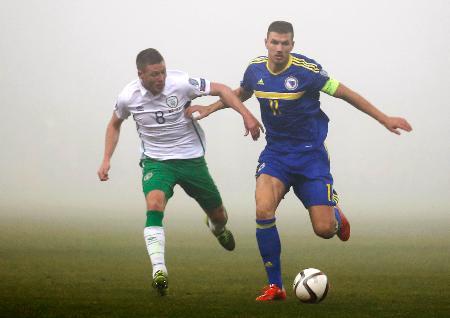 アイルランド戦で相手選手と競るボスニア・ヘルツェゴビナのジェコ(右)=ゼニツァ(ロイター=共同)