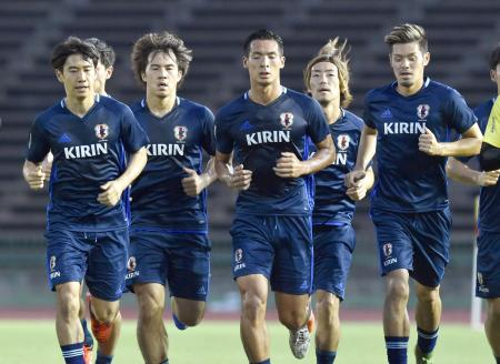 カンボジア戦に向けて調整する(左から)香川、岡崎、槙野ら日本イレブン=プノンペン(共同)