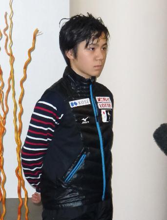 フィギュアスケートのフランス杯が中止になり、宿舎で取材に応じる宇野昌磨=14日、ボルドー(共同)