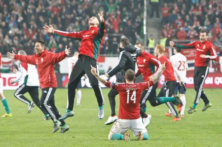 ノルウェーを破り、喜ぶハンガリーの選手たち=ブダペスト(ロイター=共同)