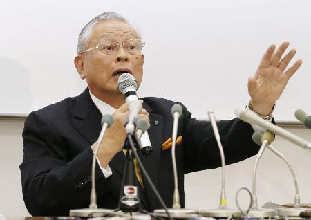 野球賭博に関し記者会見するNPBの熊崎勝彦コミッショナー=10日午後、東京都港区