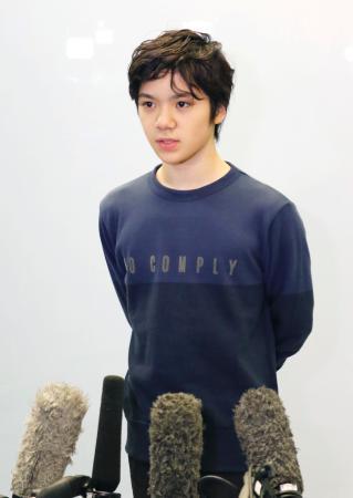 フランスから帰国し、記者の質問に答えるフィギュアスケートの宇野昌磨選手=16日午後、成田空港