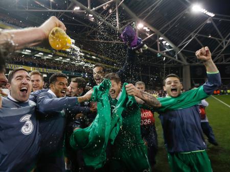 ボスニア・ヘルツェゴビナを下して本大会出場を決め、喜ぶアイルランドの選手たち=ダブリン(ロイター=共同)