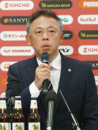 C大阪の新監督に就任し、記者会見する大熊清氏=17日、大阪市