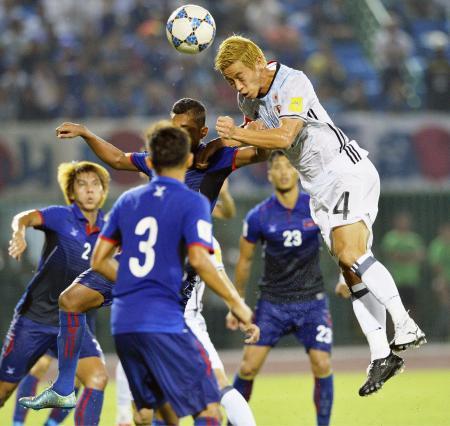 日本―カンボジア 後半、ヘディングでゴールを決める本田(4)=プノンペン(共同)