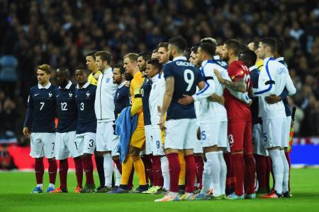 17日、ロンドンのウェンブリー競技場で行われたサッカーの国際親善試合、イングランド―フランス戦でグラウンドに並んだ両チーム(ゲッティ=共同)