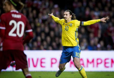 デンマークとのプレーオフ第2戦で1点目を決め、喜ぶスウェーデンのイブラヒモビッチ=コペンハーゲン(ロイター=共同)