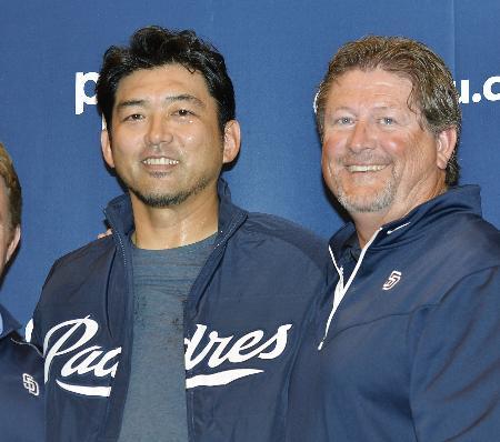インターンシップで米大リーグ、パドレスのフロントに入ることを表明した斎藤隆氏。右はローガン・ホワイト氏=18日、東京都新宿区