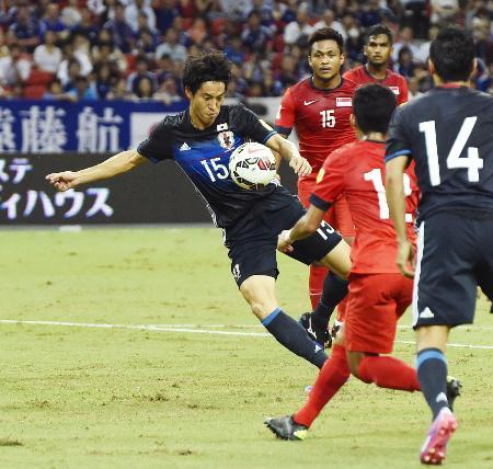 日本―シンガポール 前半、先制ゴールを決める金崎=シンガポール(共同)