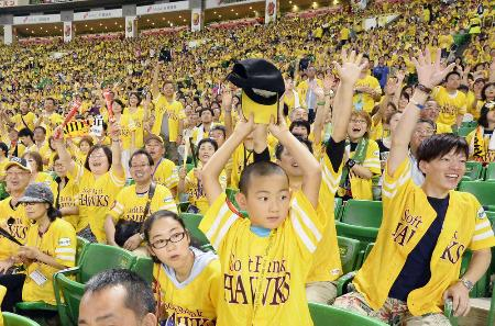 ソフトバンクの「鷹の祭典」で選手に声援を送るファン=7月25日、福岡市のヤフオクドーム
