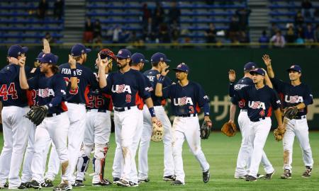 決勝進出を決めタッチを交わす米国ナイン=東京ドーム