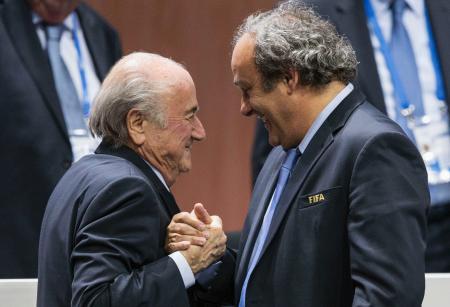 FIFAのプラティニ副会長(右)とブラッター会長=5月、チューリヒ(AP=共同)