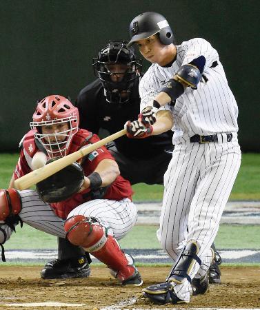 メキシコ戦の2回、山田が2打席連続本塁打となる2ランを左中間に放つ=東京ドーム