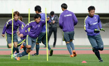 湘南戦に向けた練習で調整する佐藤(左から2人目)ら広島イレブン=Eスタ
