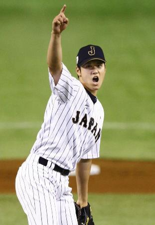 19日、韓国戦の3回、打者を三振に仕留め声を上げる大谷=東京ドーム