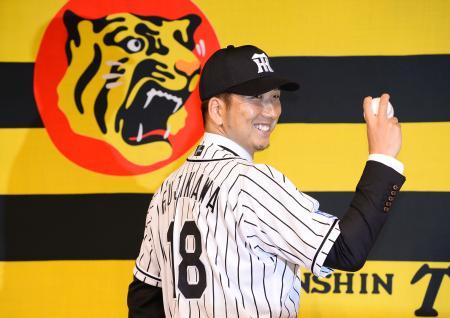 阪神の入団記者会見でユニホーム姿を披露する藤川球児投手=24日午後、大阪市