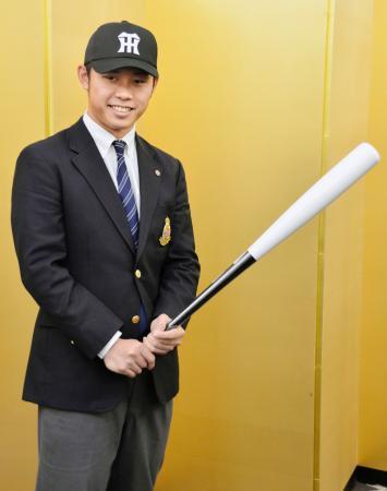 阪神への入団が決まり、ポーズをとる明大の高山俊外野手=25日午後、東京都内のホテル