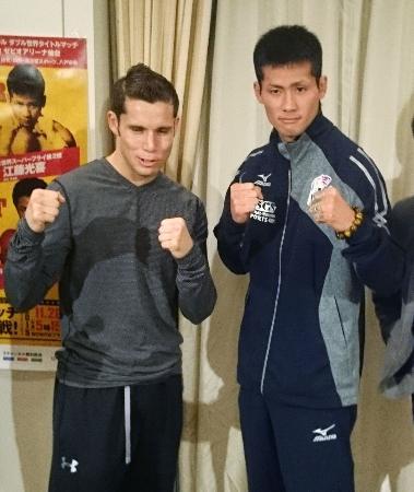 予備検診を終え、ポーズをとるWBCスーパーフライ級王者のカルロス・クアドラス(左)と挑戦者の江藤光喜=26日午後、東京都内のホテル