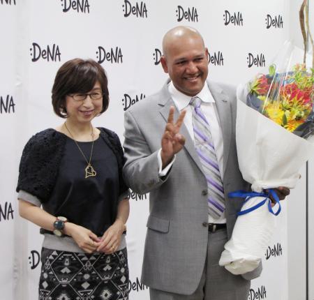 DeNA本社を訪問したDeNAのラミレス新監督。左は南場智子オーナー=26日、東京都内
