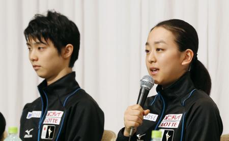 NHK杯を前に記者会見する浅田真央(右)と羽生結弦=長野市