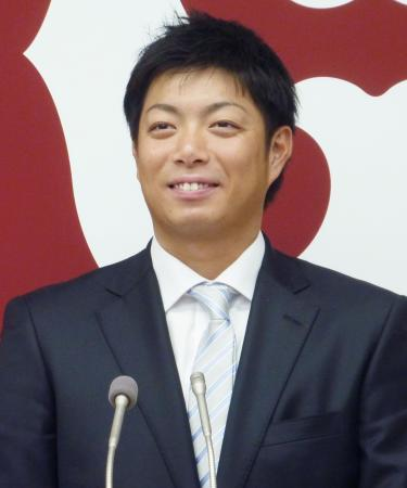 契約更改交渉を終え、笑顔で記者会見する巨人の高木勇=27日、東京・大手町の球団事務所
