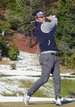 バッテリー会ゴルフに参加し、ショットを放つ広島の黒田=27日、広島市
