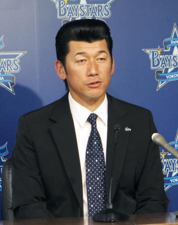 契約更改を終え、記者会見するDeNAの三浦=28日、横浜市内の球団事務所