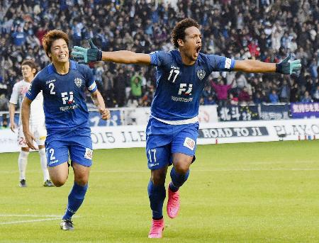 福岡―長崎 後半、ゴールを決め喜ぶ福岡・ウェリントン。左は浜田=レベスタ