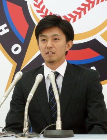 契約更改し記者会見する日本ハム・増井=1日、札幌市内の球団事務所